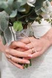Brud med vita rosor för brud- bukett ingen framsida Royaltyfri Fotografi