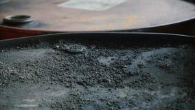 Brud na starych baryłach ropy naftowej zdjęcie wideo