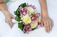 Brud och blommor Arkivfoton