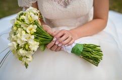 Brud och blommor fotografering för bildbyråer
