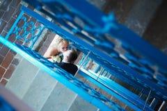 Brud och brudgum av trappan Arkivfoto