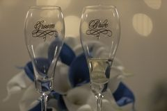 Brud och brudgum Champagne Glasses arkivfoto