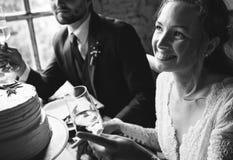 Brud och brudgum Cling Wineglasses med vänner på att gifta sig Recept Royaltyfria Bilder