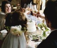 Brud och brudgum Clinging Wineglasses med vänner på att gifta sig Rec Royaltyfria Foton