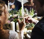 Brud och brudgum Clinging Wineglasses Together på att gifta sig Recepti Arkivfoto