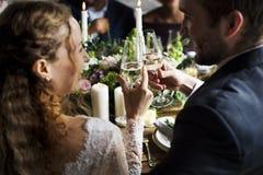 Brud och brudgum Clinging Wineglasses Together på att gifta sig Recepti Royaltyfri Fotografi