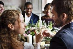 Brud och brudgum Clinging Wineglasses Together på att gifta sig Recepti Royaltyfri Bild