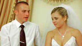 Brud och brudgum Crying som firar bröllop på arkivfilmer