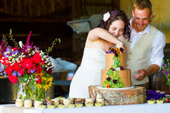Brud och brudgum Cutting Wedding Cake arkivfoton