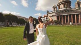 Brud och brudgum Dancing Outdoors på parkeraängen arkivfilmer