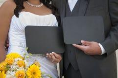 Brud och brudgum Displaying ditt beställnings- svart tavlameddelande Royaltyfri Fotografi