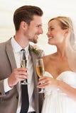 Brud och brudgum Drinking Champagne At Wedding fotografering för bildbyråer