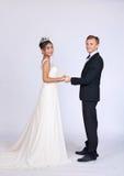 Brud och brudgum för blandat lopp i studio Royaltyfria Foton