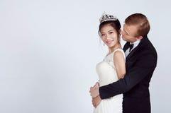 Brud och brudgum för blandat lopp i studio Royaltyfria Bilder