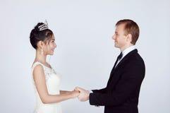Brud och brudgum för blandat lopp i studio Royaltyfri Bild
