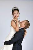 Brud och brudgum för blandat lopp i studio Royaltyfri Foto