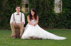 Brud och brudgum för bondlurkhipstertappning utanför  Arkivbilder