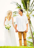 Brud och brudgum, för romantiker för gift parinnehav nyligen händer, Ju royaltyfria foton