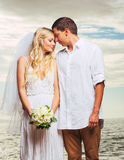 Brud och brudgum, för romantiker gift par nyligen på stranden, Jus Fotografering för Bildbyråer