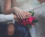 Brud och brudgum, händer Arkivbild