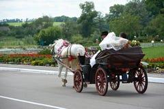 Brud och brudgum i en bröllopvagn royaltyfri fotografi