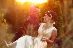 Brud och brudgum i en härlig ljus innehavkram Arkivbilder