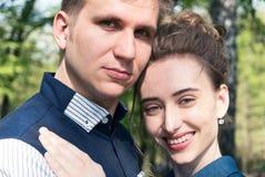 Brud och brudgum i en parkera Kyssande parnygifta personer brud och brudgum på bröllop i naturgräsplanskog kysser fotoståenden W Arkivfoto