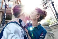 Brud och brudgum i en parkera Kyssande parnygifta personer brud och brudgum på bröllop i naturgräsplanskog kysser fotoståenden W Royaltyfria Foton