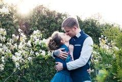 Brud och brudgum i en parkera Kyssande parnygifta personer brud och brudgum på bröllop i naturgräsplanskog kysser fotoståenden W Arkivbild