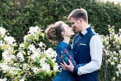 Brud och brudgum i en parkera Kyssande parnygifta personer brud och brudgum på bröllop i naturgräsplanskog kysser fotoståenden W Royaltyfria Bilder