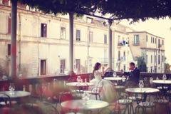 Brud och brudgum i en utomhus- restaurang Royaltyfri Bild