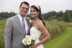 Brud och brudgum i ett fält Royaltyfri Fotografi