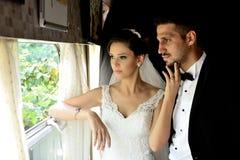 Brud och brudgum i ett gammalt drev royaltyfri foto