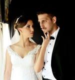 Brud och brudgum i ett gammalt drev royaltyfri fotografi