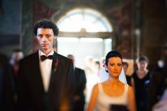 Brud och brudgum i kyrka Fotografering för Bildbyråer