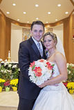 Brud och brudgum i kyrka Royaltyfri Bild