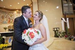 Brud och brudgum i kyrka royaltyfria foton
