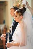 Brud och brudgum i kyrkan Arkivfoton