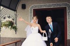 Brud och brudgum i kyrkan Fotografering för Bildbyråer