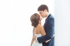Brud och brudgum i mycket ljust rum hemma Fotografering för Bildbyråer
