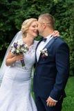 Brud och brudgum i parken Royaltyfria Foton