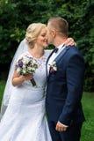 Brud och brudgum i parken Royaltyfria Bilder