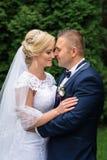 Brud och brudgum i parken Fotografering för Bildbyråer