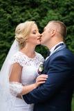 Brud och brudgum i parken Royaltyfri Fotografi