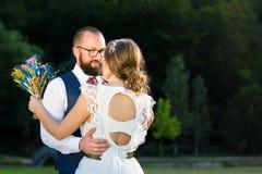 Brud och brudgum i romantisk kram på solnedgången Royaltyfri Fotografi