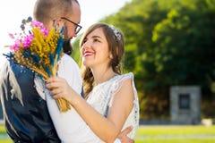 Brud och brudgum i romantisk kram på solnedgången Royaltyfri Foto
