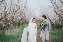 Brud och brudgum i trädgården Royaltyfria Bilder