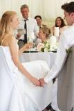 Brud och brudgum Listening To Speeches på mottagandet royaltyfri foto