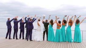 Brud och brudgum med att dansa för vittnar lager videofilmer