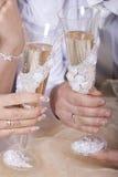 Brud och brudgum med exponeringsglas av champagne Arkivfoto